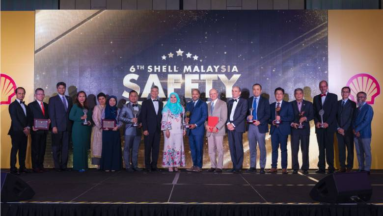 An image of the winners of the Shell Malaysia Safety Awards 2019 standing on a stage