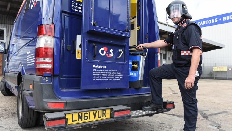 Bezpečnostný strážnik sa pokúsil ukradnúť 1 000 000 libier, ktoré 1 hodinu vykladal z dodávky v tichej ulici